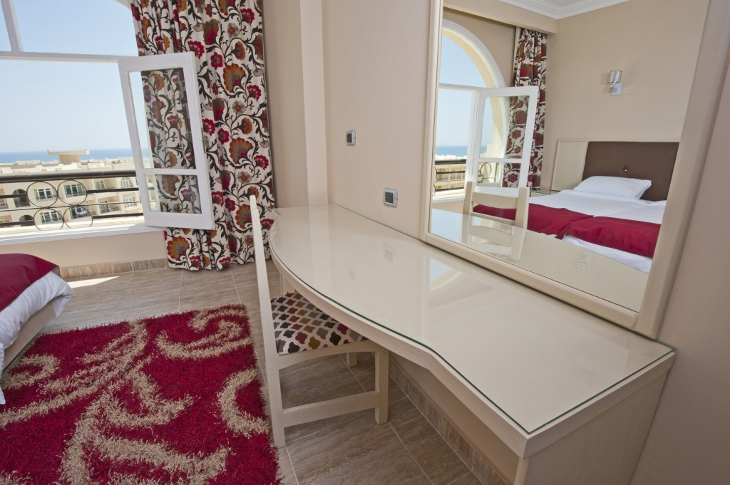 bedroom dressing table and mirror